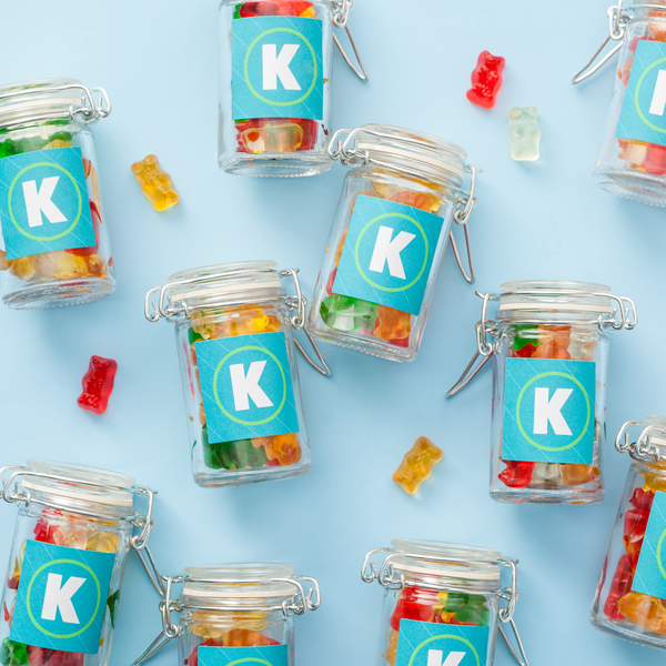 Petits pots de bonbons avec des étiquettes carrées